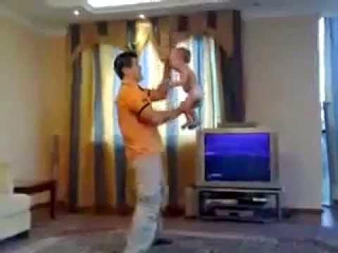 أب يلاعب طفلته فقتلتها مروحة السقف !! شاهد التفاصيل