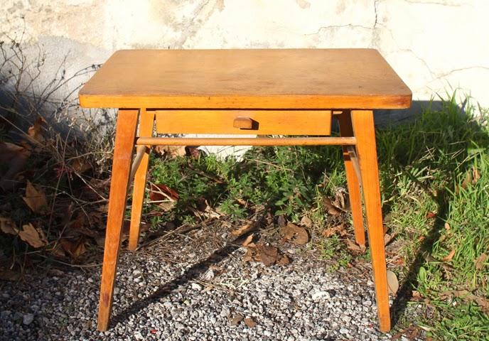 chicbaazar objets vintage 50 60 70 petit bureau taille enfant table d 39 appoint bout de canap. Black Bedroom Furniture Sets. Home Design Ideas