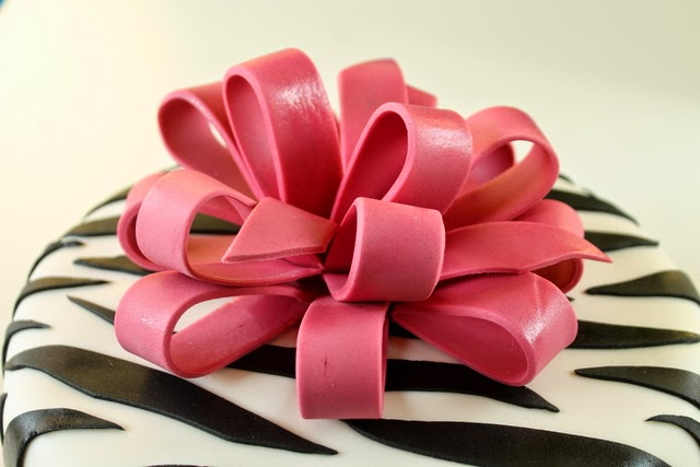 tort zebra z różową kokardą