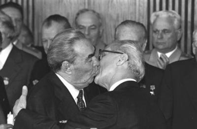 El beso de Breznev y Honecker. - Página 3 Beso-saludo-breznev_honecker