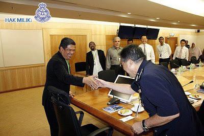 Timbalan Presiden PAS, Mohamad Sabu bersalaman dengan CP Datuk Seri Mohd Bakri bin Mohd Zinin, Pengarah Jabatan Siasatan Jenayah PDRM semasa lawatan Penganjur Himpunan Kebangkitan Rakyat KL 112 di Bukit Aman