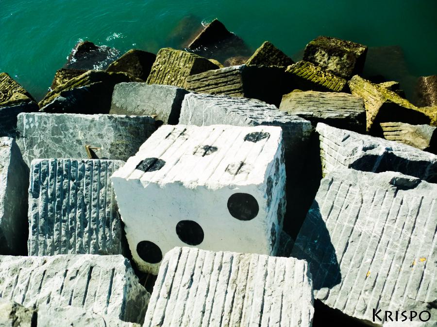 roca pintada como un dado