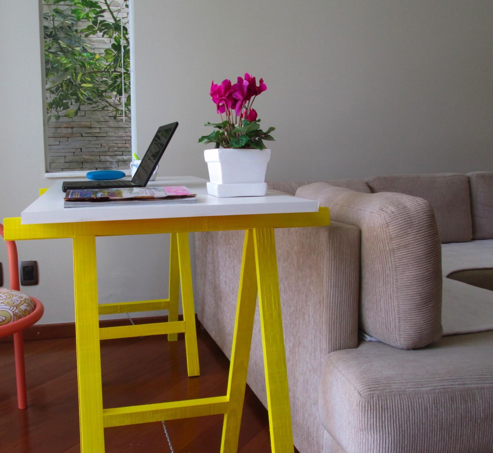 Perfeita Ordem: Meu home office com cavaletes amarelo quindim #B5A104 1600x1471