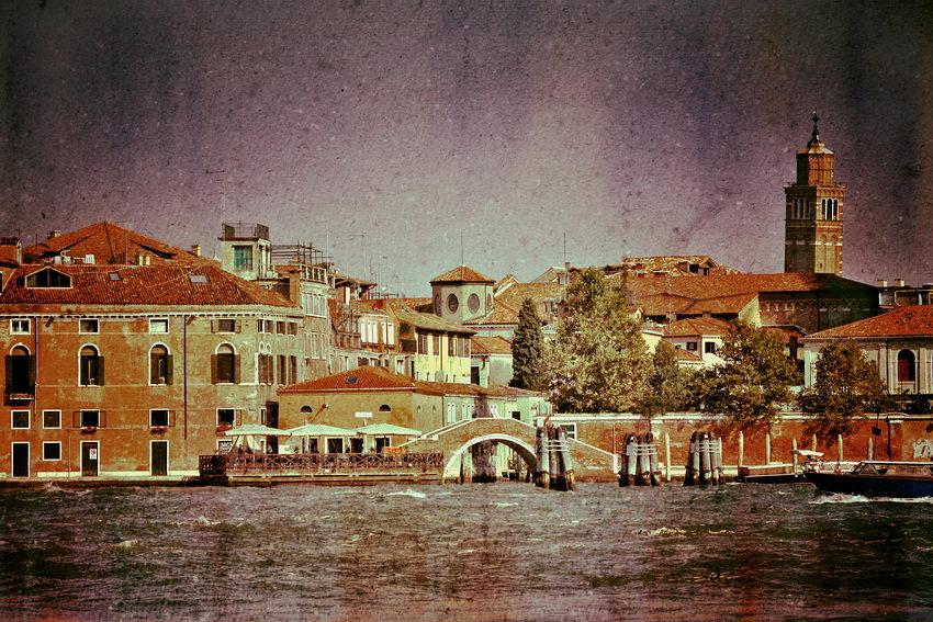Foto a partir de um barco mostrando um ancoradouro e os edifícios da cidade. A imagem foi modificada para tons magenta e incorpora uma textura de papel, conferindo-lhe um aspecto envelhecido