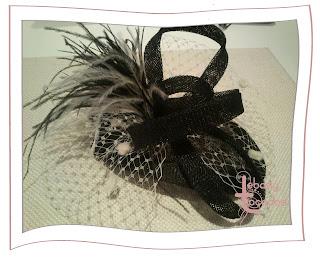 Tocado en sinamay, con velo y plumas en tonos negros y grises, diseñado por Lebasy Tocados