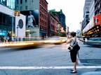 Dívka u silnice s rychle jedoucími auty
