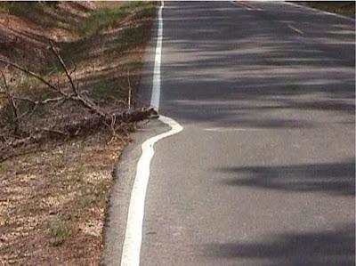 Ligne mal tracée sur une route de campagne, vive la peinture !