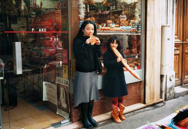 Mujer inserción de sí misma en sus fotos de infancia
