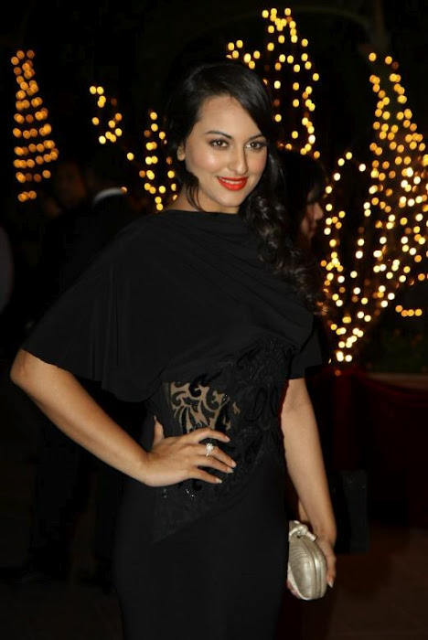 Sizzling Sonakshi in black -  Sonakshi sinha in black hot dress at Karan Johars birthday