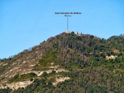 La capella de Sant Salvador de Bellver, sobre el Cingle Negre, vista des del peu del Puig Colomer