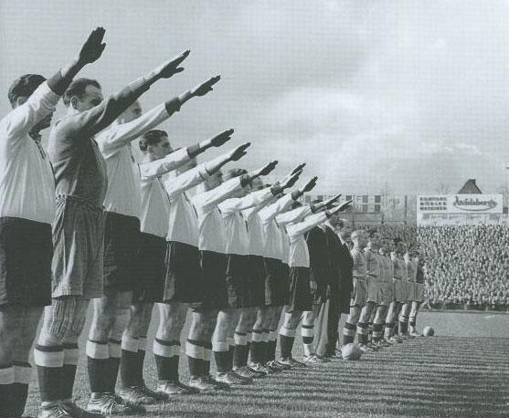 Футбольный матч между английскими и немецкими