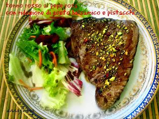 trancio di tonno rosso al pepe rosa con riduzione di aceto balsamico e pistacchi