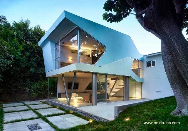 Extensión de aspecto futurista en una residencia californiana