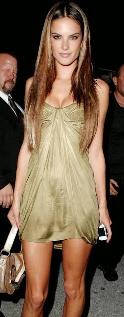 Alessandra Ambrosio con cabello lacio y hermoso vestido