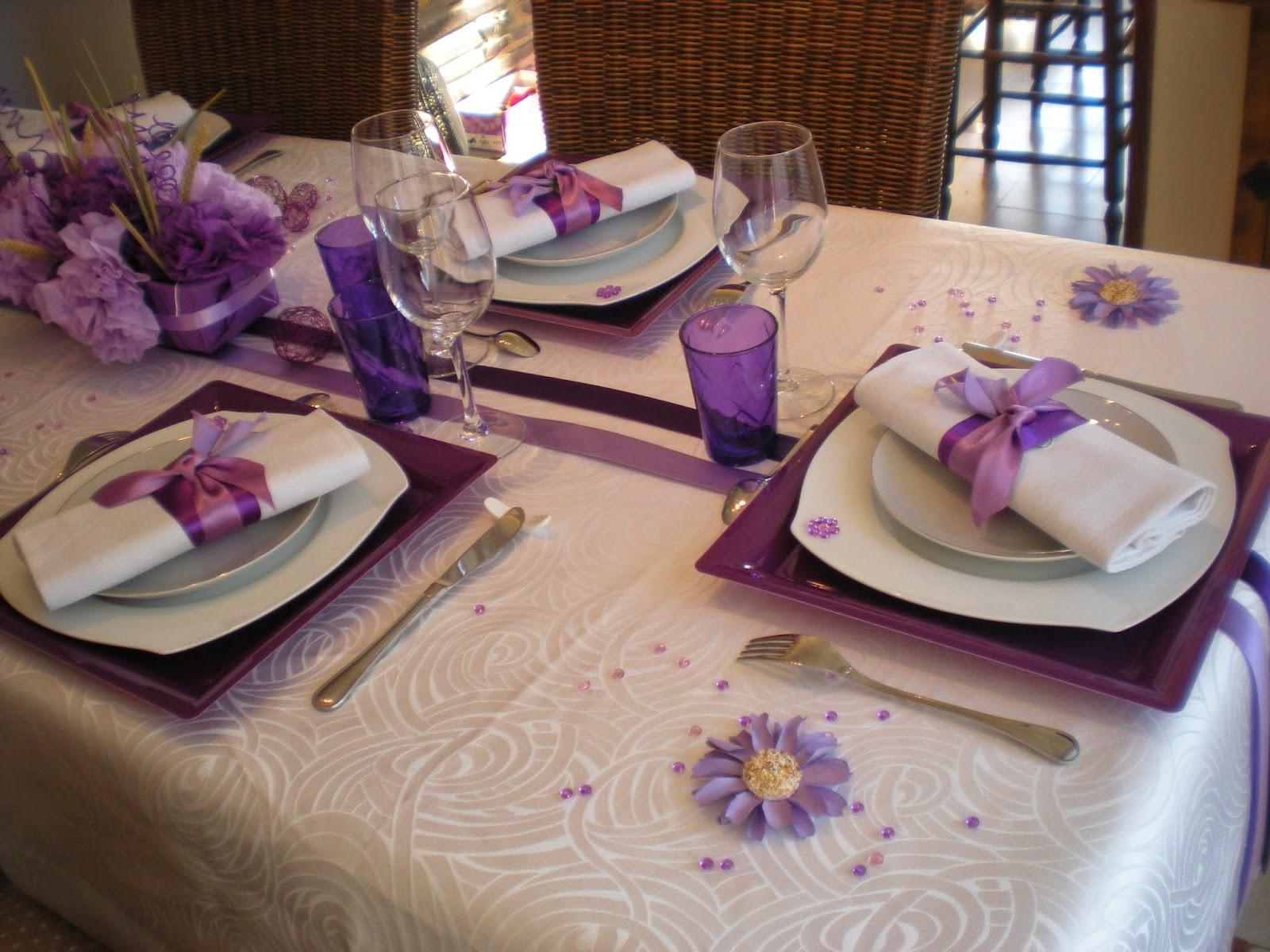 Une nappe blanche des sous assiettes violettes des for Ensemble nappe et serviette de table