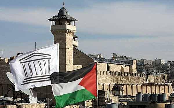 Bandeira palestina tremula diante da sede da Unesco