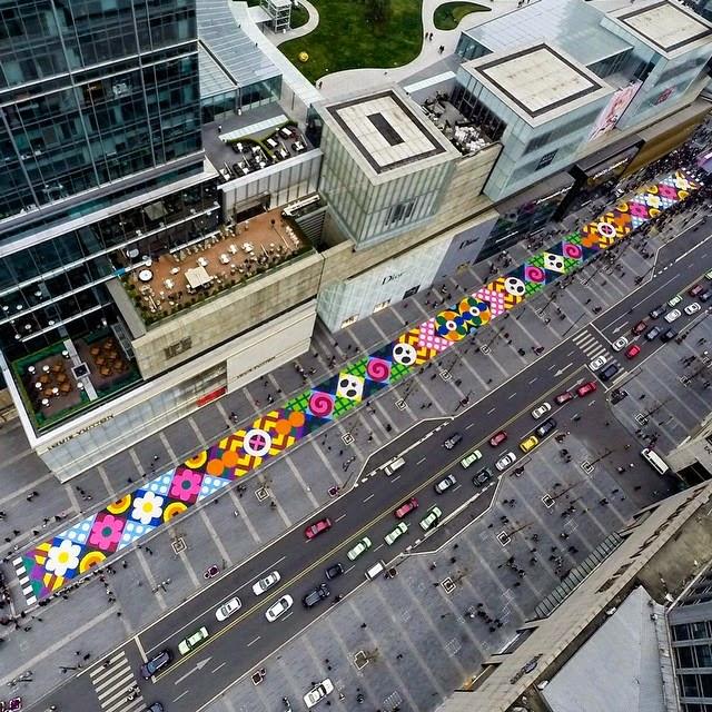 Artistas crean la alfombra de caramelos más grande del mundo en las calles de China