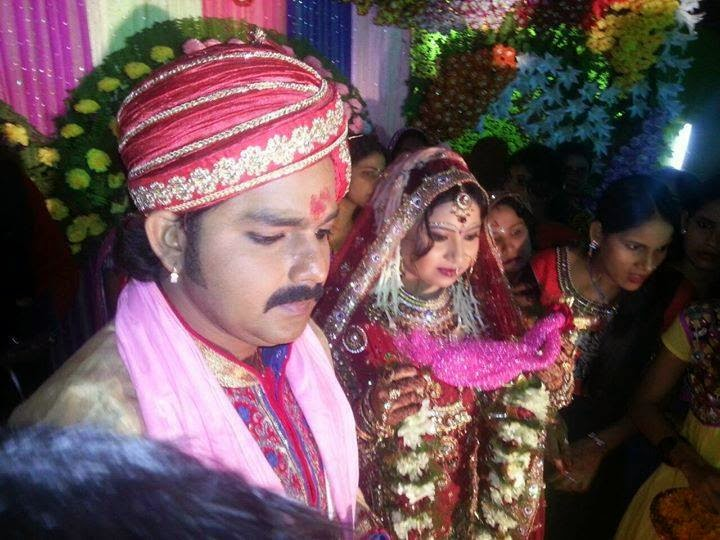 Pawan singh and his wife neelam photo