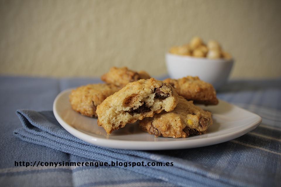 Cookies de chocolate con trozos de avellana macro