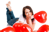 Mujer hermosa con globos rojos en forma de corazón para el Día de San Valentín