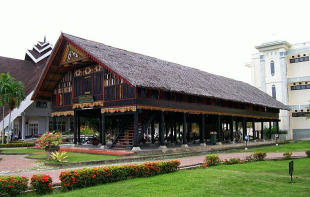 Rumah Adat di Indonesia krong bade