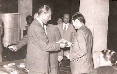 Entrega de medalla a Vasco Santos en 1951