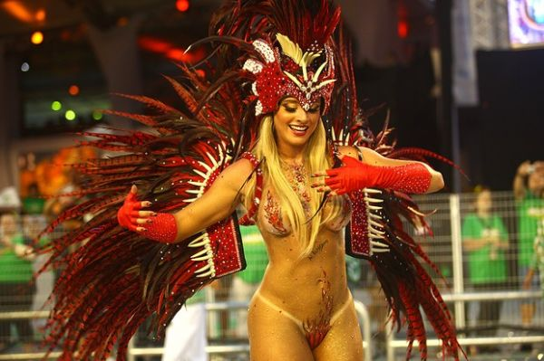 Juju Salimeni, exibe corpo nu, em desfile pela Mancha Verde