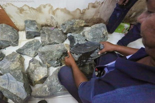 20 Ton batu giok bahan akik memicu konflik warga