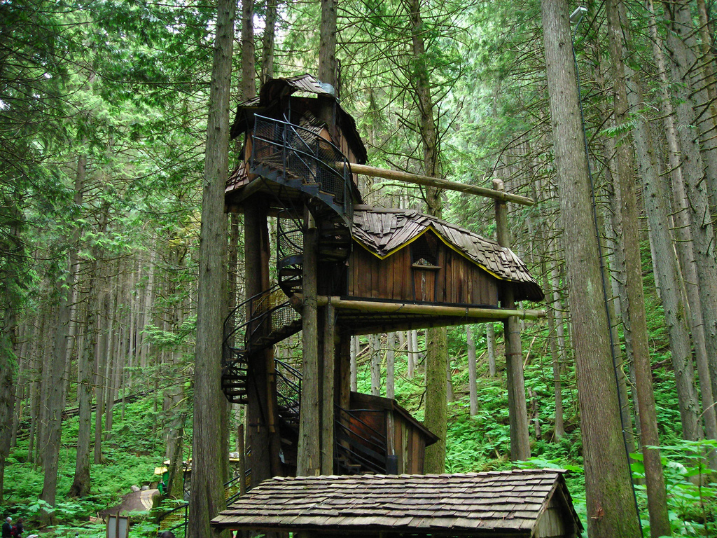 Pictures of tree houses and play houses from around the for Awesome playhouse plans