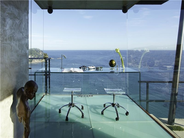 Picture of te view from the glass wall with glass working table