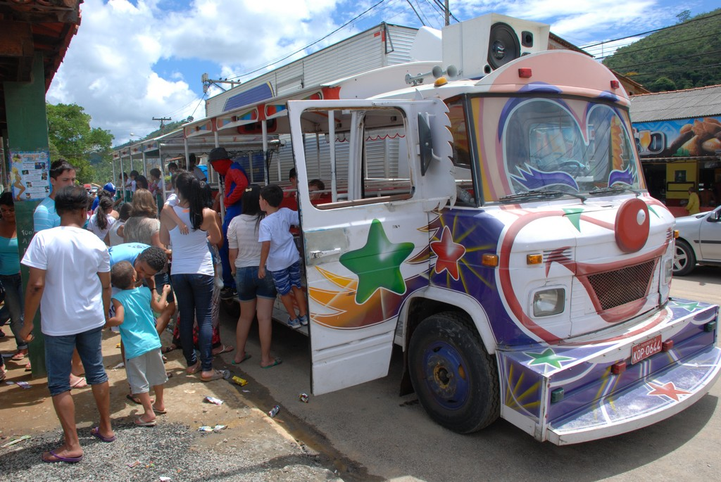 Crianças de Bonsucesso se divertem em passeio de trenzinho após a inauguração das novas instalações da Escola Francisco Maria Dállia