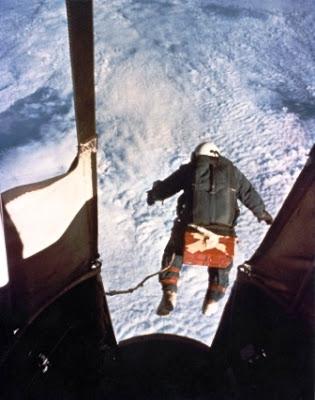El mayor salto en paracaídas de la historia (31.300 m). Kittinger