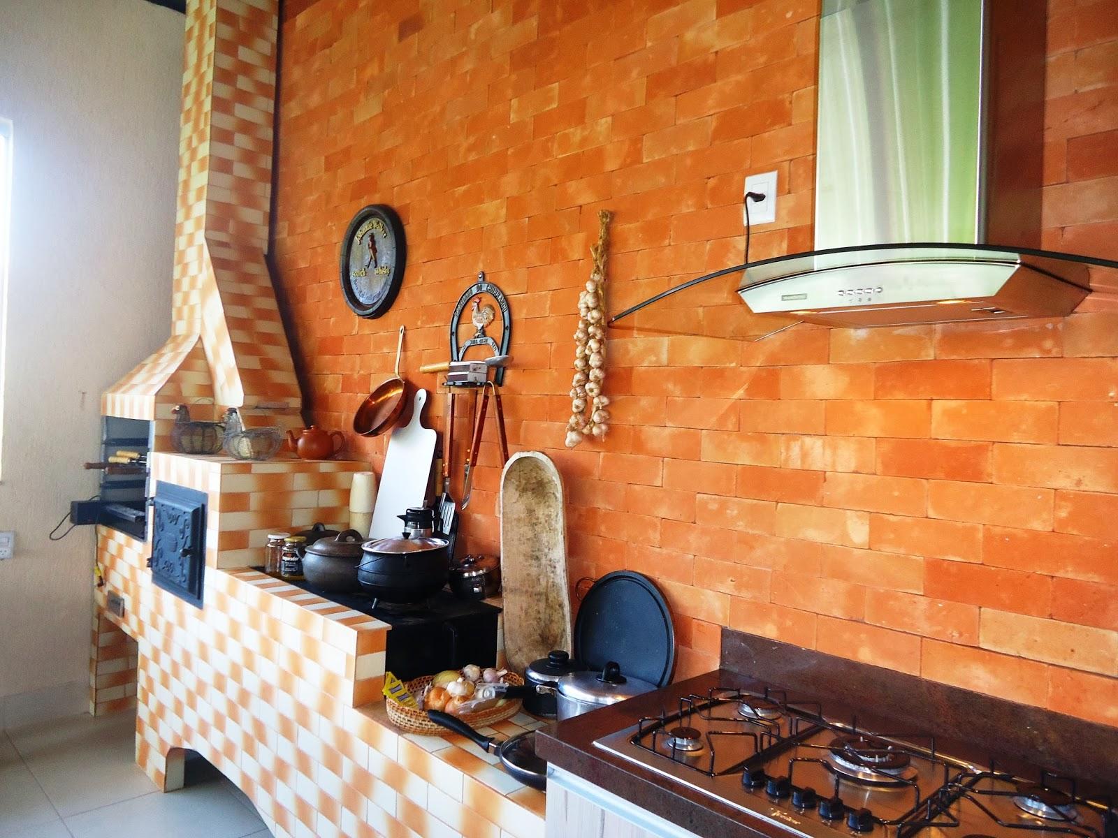 Caipira: cozinha da área externa com fogão a lenha e forno de pizza #B64F16 1600 1200