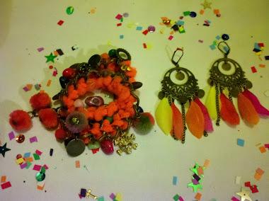 Pulsera doble con pompones naranja fluo, mas dijes, piedras, pelos de colores y adornitos!