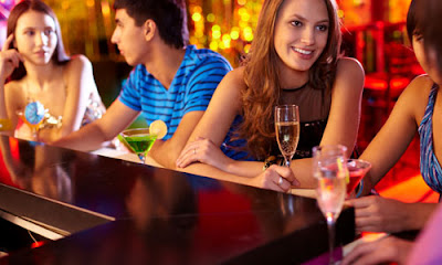 7 Tips on How to Know If She has a Boyfriend,friends bar drinking