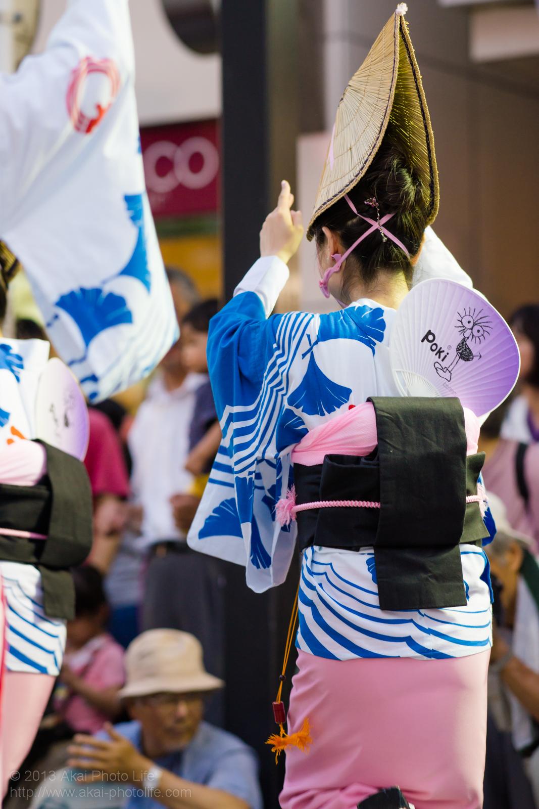 三鷹阿波踊り、みたか市役所連の女踊りとPokiのうちわ