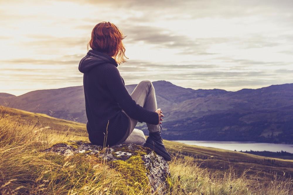 Mujer mirando montañas