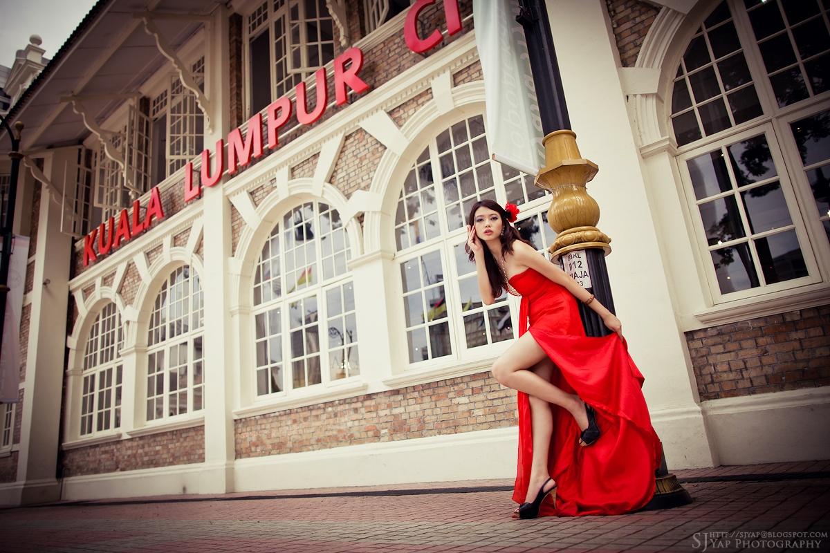 IMAGE: http://4.bp.blogspot.com/-xGeJGEez2UI/TqeapT3IKEI/AAAAAAAAB4g/N3vdOzQG3eg/s1600/red_dress_35.jpg
