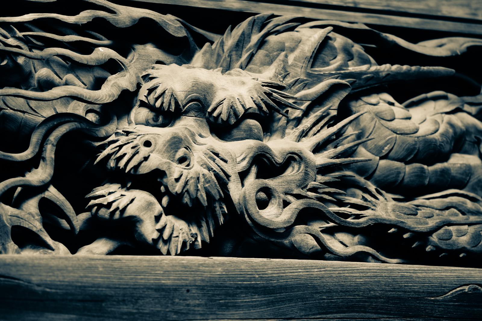 武蔵國分寺本殿、龍の装飾の写真