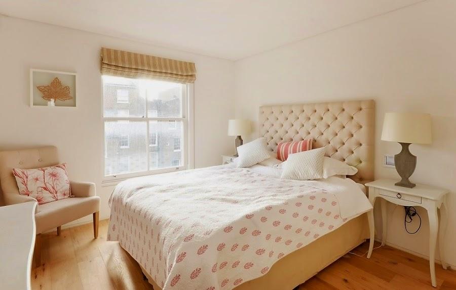 sypialnia, łóżko, zagłówek, pikowany zagłówek, roleta, beż, beże, fotel, narzuta