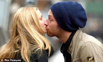 picture of Gwyneth Paltrow kissing chris martin