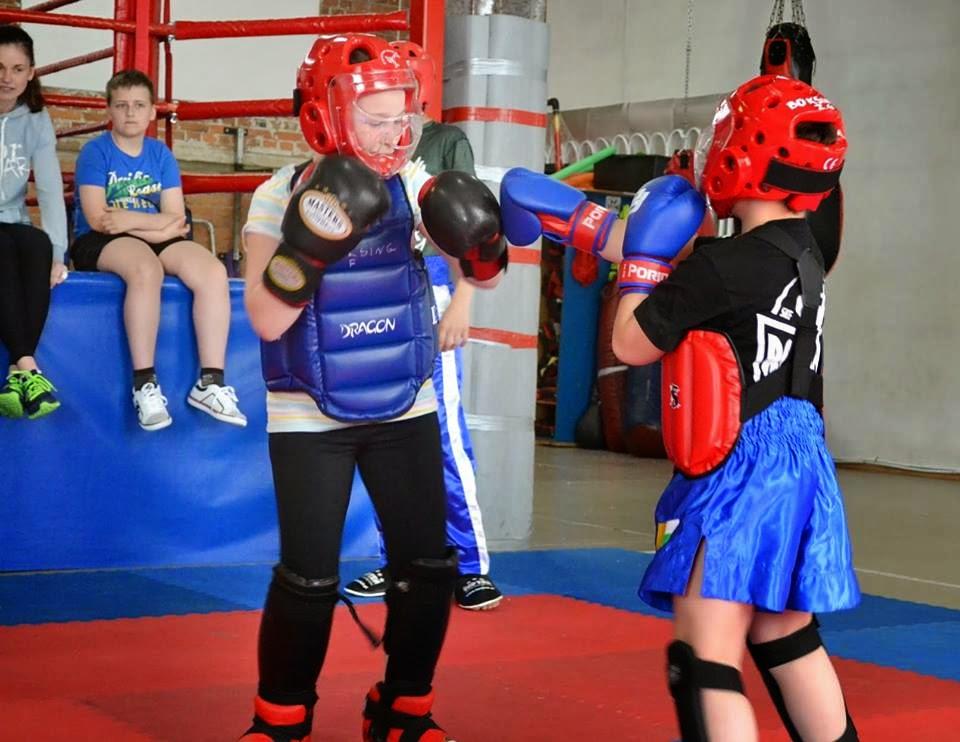 Młodzi sportowcy Akademii Zwycięzcy podczas walki sparingowej.