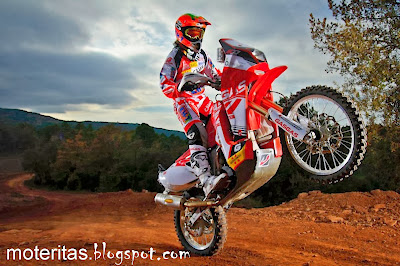 laia-sanz-dakar-rally-motorcycle-gas-gas-championship-wallpaper