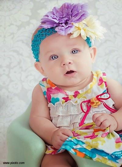 Petit bébé fille très mignon