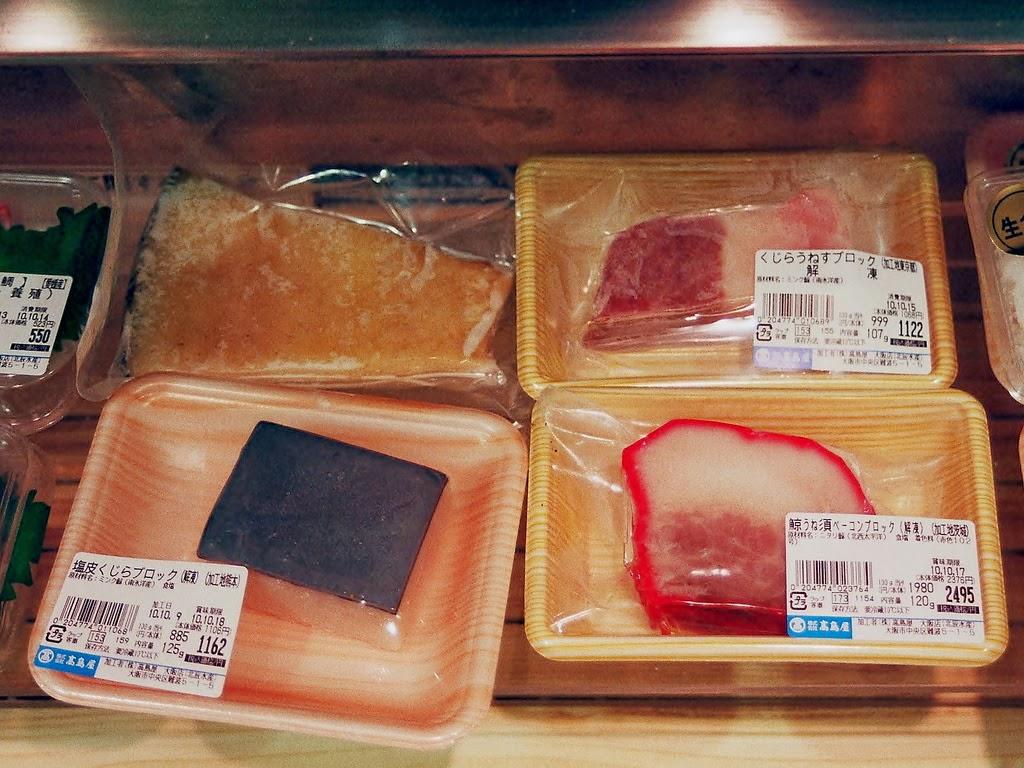 É comum a venda de carne de baleia e golfinho no Japão. Sendo inclusive utilizadas em merenda escolar.