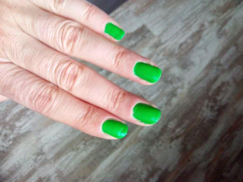 tendencias maquillaje uñas verdes