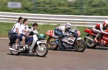 balapan motor lucu