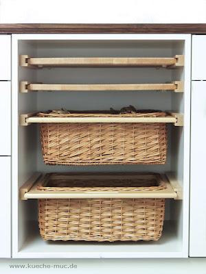 Bei der Küchenrenovierung kann man gleich noch platzsparende, praktische und rückenschonende Auszüge einbauen. Da lohnt eine Renovierung wirklich - mehr Stauraum, mehr Komfort