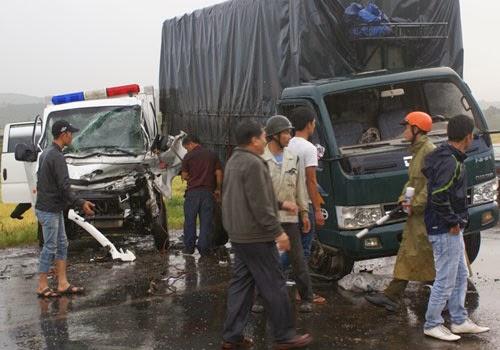 Đâm nhau với ôtô tải, 4 người trên xe cảnh sát trọng thương