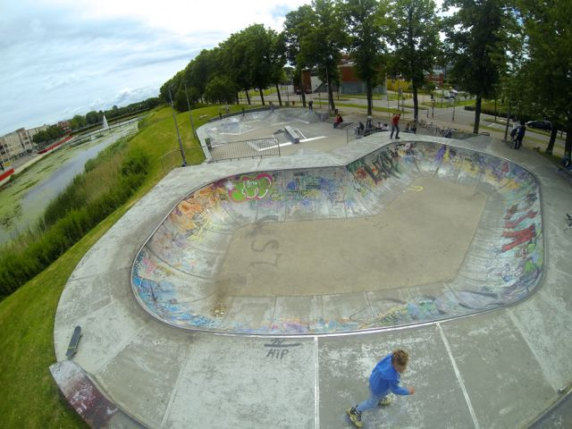 De pool van skatepark Silverhills in Lelystad. Let op RVS coping met veel wax.
